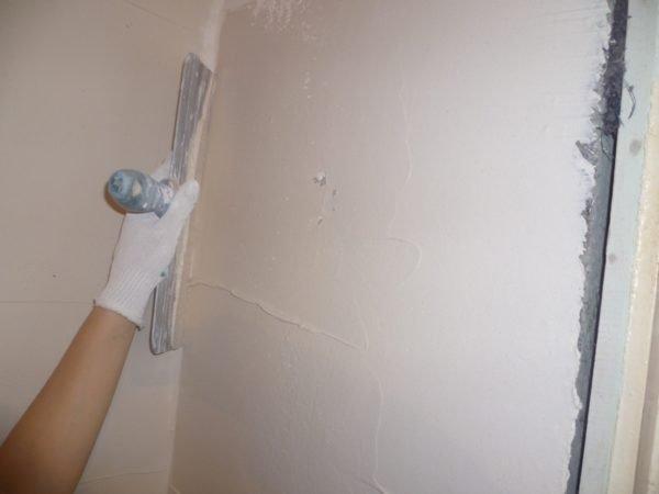 Выравнивание стен ванной под покраску гипсовой шпаклевкой.