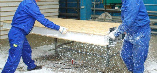 Выравнивание торцевого края на готовом бутерброде и строительный блок готов к установке в каркас
