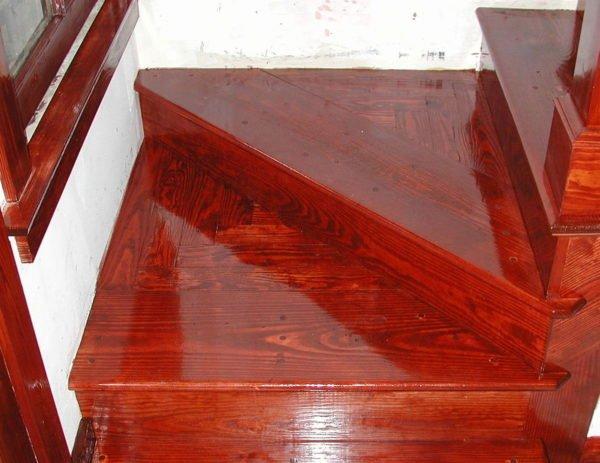 Высоко-глянцевый лак создает блестящую поверхность.