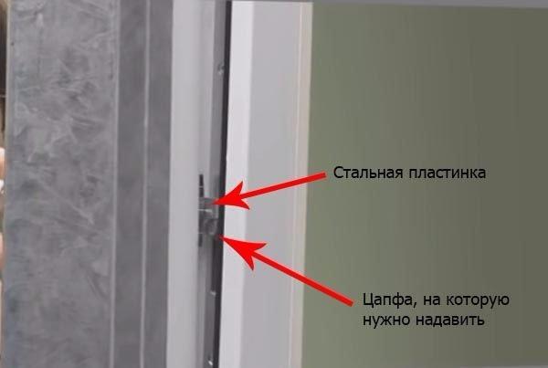 Взлом окна при помощи стальной пластинки – вид изнутри