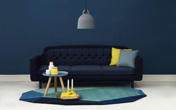 Яркие подушки и на синем фоне придадут помещению элегантность и стиль
