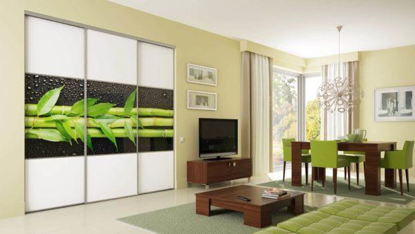 Яркий орнамент в оформлении мебельного фасада оживляет интерьер, перекликаясь с обивкой стульев, расставленных вокруг стола
