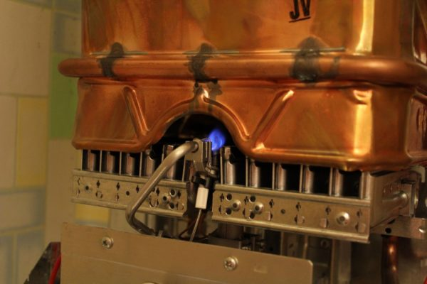 За розжиг горелки на современных колонках отвечает пьезоэлемент, а раньше приходилось жечь спички