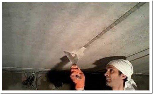 Заделывание стыка между плитами перекрытия на потолке.