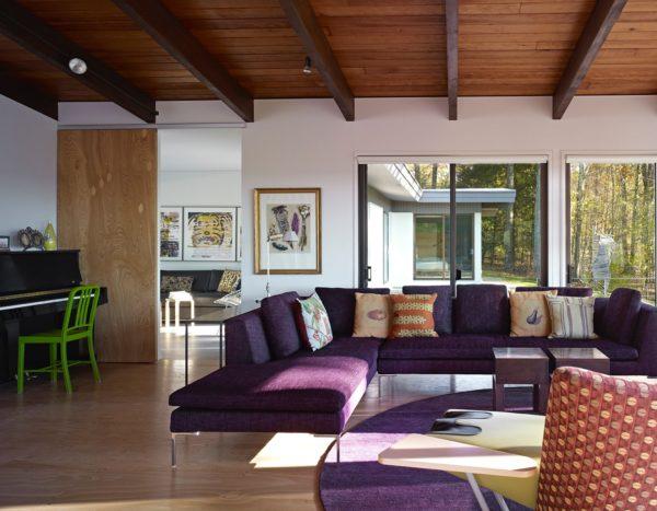 Загородный дом смотрится очень уютно с деревянными потолками
