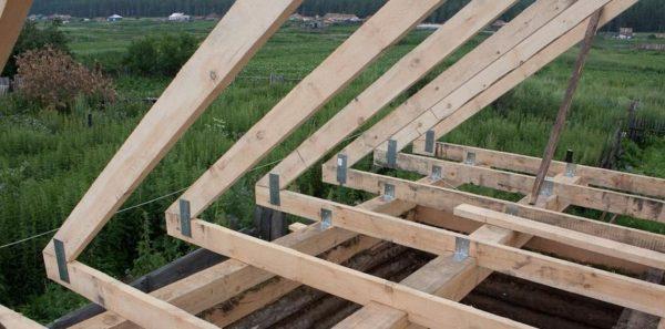 Закрепить балки на деревянных стенах можно стальными уголками