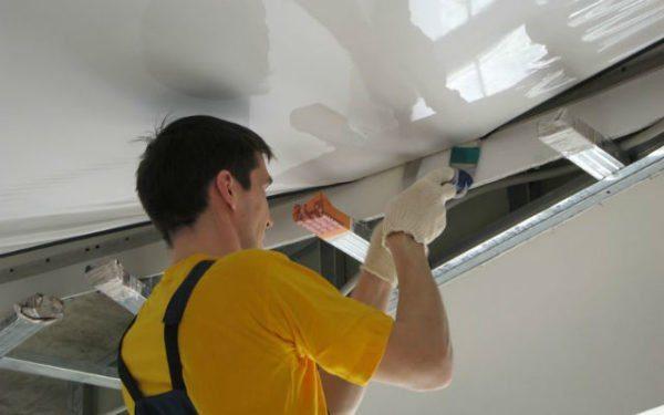 Закрепить натяжной потолок в одиночку сможет только профессионал.