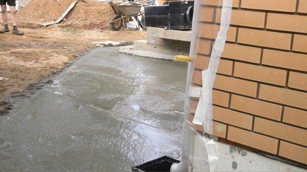 Заливка широкой бетонной отмостки.