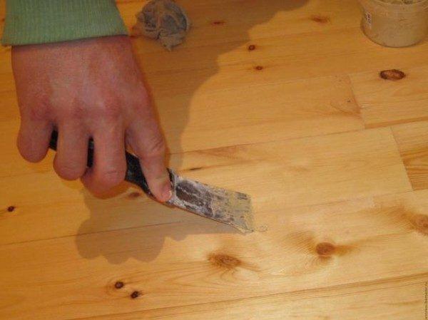 Замазкой для дерева заполняются стыки и трещины.