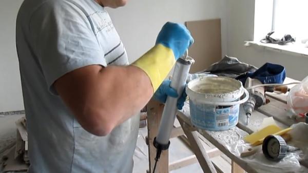 Заполнение строительного шприца
