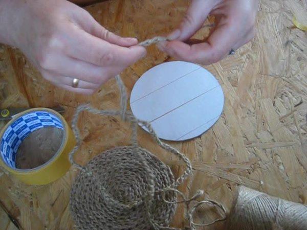 Защитный слой на клейкой ленте снимается перед началом приклеивания шнура