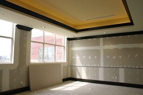 Здесь будет просторная современная кухня с ровными стенами и потолком, обшитыми гипсокартоном