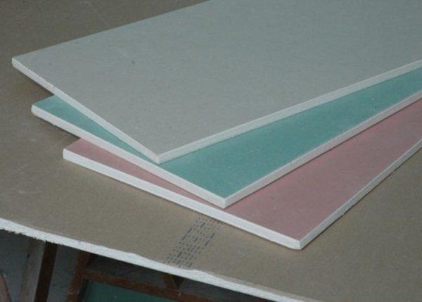 Здесь хорошо видно, как ГКЛВ отличается по цвету от других типов гипсовых плит.