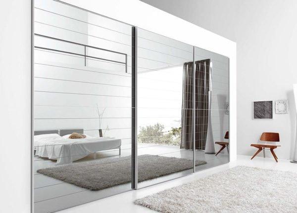 Зеркальный фасад – отличный вариант для визуального увеличения комнаты