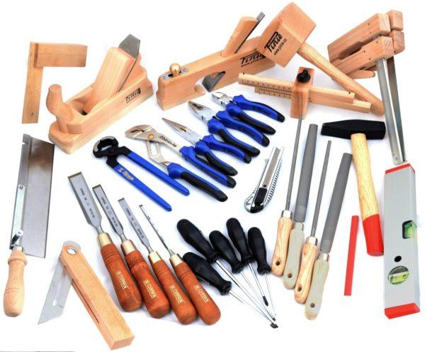 Желательный набор столярного инструмента.