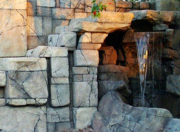 Живой уголок из цементного камня.