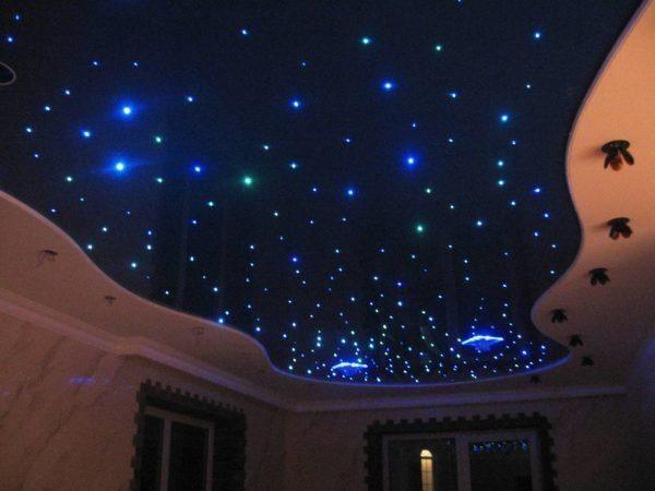Звездное небо – отличное решение для спальной комнаты